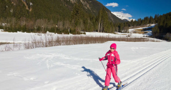 Family Snow Sports: How to Teach Your Kids to Love Cross Country Skiing via http://momeomagazine.com